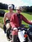 Deux jeunes militants pour le port du casque en moto
